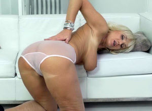 European gilf Roxana thumbs her..
