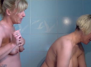 Mature lesbos pulverize in bathroom
